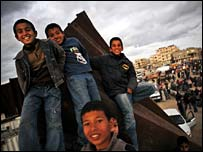 kids-on-gaza-wall.jpg